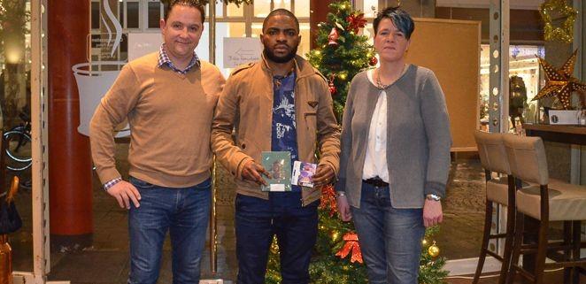 Manuel Dombaxi (m.) von der SG Aumund-Vegesack wurde von Holger Franz (l.) und Angela Lange-Bullmahn, der 2. Abteilungsleiterin der SAV, besucht.