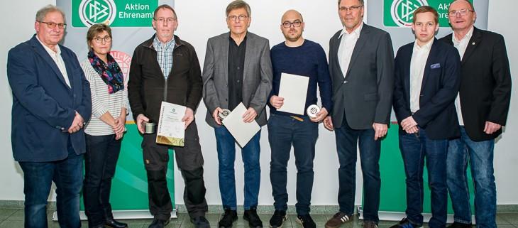 DFB-Sonderpreis, Gruppenfoto  v.li.: Ralf Krönke (Ehrenamtsausschuss, Bremer FV), Regina Seefeld (Ehrenamtsausschuss, Bremer FV), Wolfgang Laging (SG Aumund-Vegesack), Gerd Wessling (TuS Komet Arsten), Alexander Hübschen (FC Union 60), Michael Grell (Vizepräsident, Bremer FV), Gerrit Süßmann (Ehrenamtsausschuss, Bremer FV), Axel Zielinski (Ehrenamtsausschuss, Bremer FV)